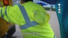 寧遠:校車暴雨被困路中  交警涉水推車解困境