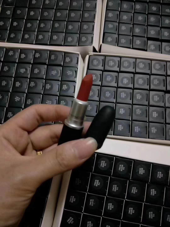 """一名自称""""货""""来自汕头潮南区的微商向记者展示自己仿制的口红做工细节。"""