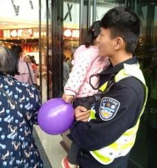 3岁女孩随妈妈逛商场走失,热心民警帮忙找到家人