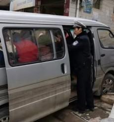 藍山交警查獲一起面包車超員違法行為