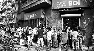 印度大額紙幣退市民眾急換錢 有人焚燒大筆現金