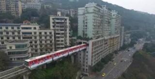 重庆轻轨穿过居民楼成网红