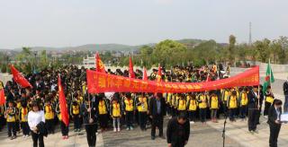 华阳学校师生烈士园扫墓奠英雄