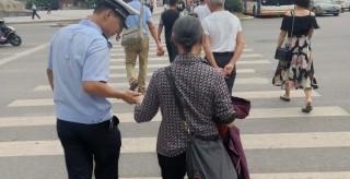 零陵交警扶盲人过马路传递社会正能量