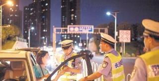 """湖南2名公职人员酒驾被开除 酒驾的代价你""""付""""得起吗?"""