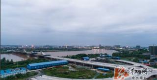 永州市城南大橋:高溫下堅守一線 加快瀝青攤鋪施工