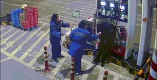 """凌晨,杭州一男子沖進加油站:""""你們都走開,我要炸加油站了!"""""""