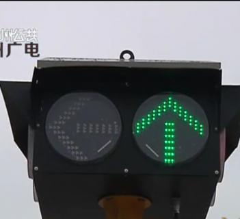 """临时红绿灯""""上岗""""工作 十字路口交通井然有序"""